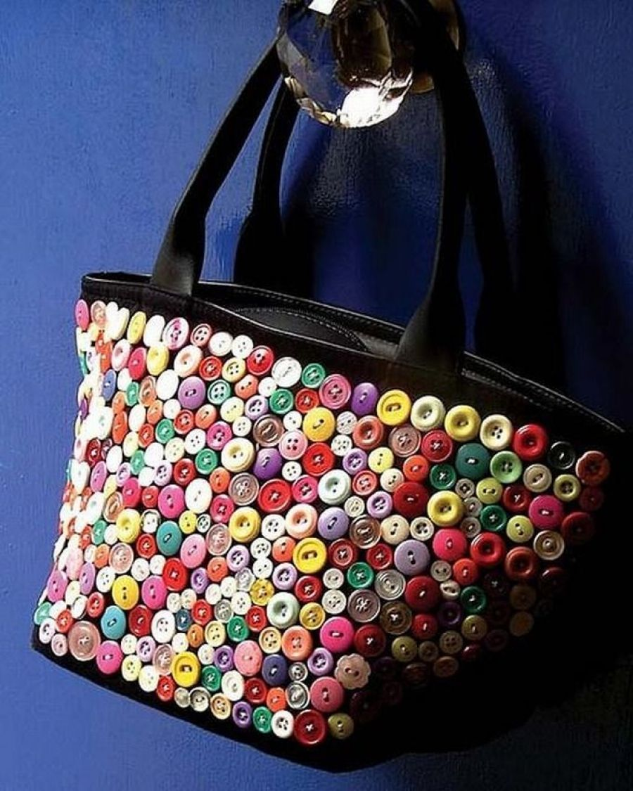 30eef45652a5 10 идей - как украсить сумки старыми пуговицами